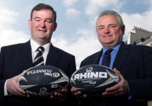John Feehan, Chief Executive del Guinness PRO12 posa con Andrew Moss, presidente di Rhino Rugby nel corso dell'annuncio del rinnovo della collaborazione di oggi a Londra (Credit: Guinness Pro12)